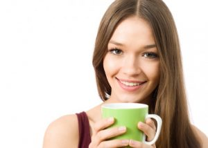 mujer bebiendo te verde protector piel